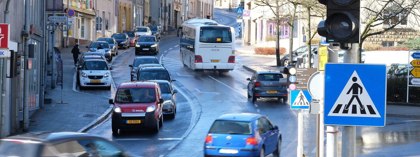 Dicke Luft in der Rue Enz: Eine Busspur soll den Verkehr auf dem steilen Streckenabschnitt verflüssigen.