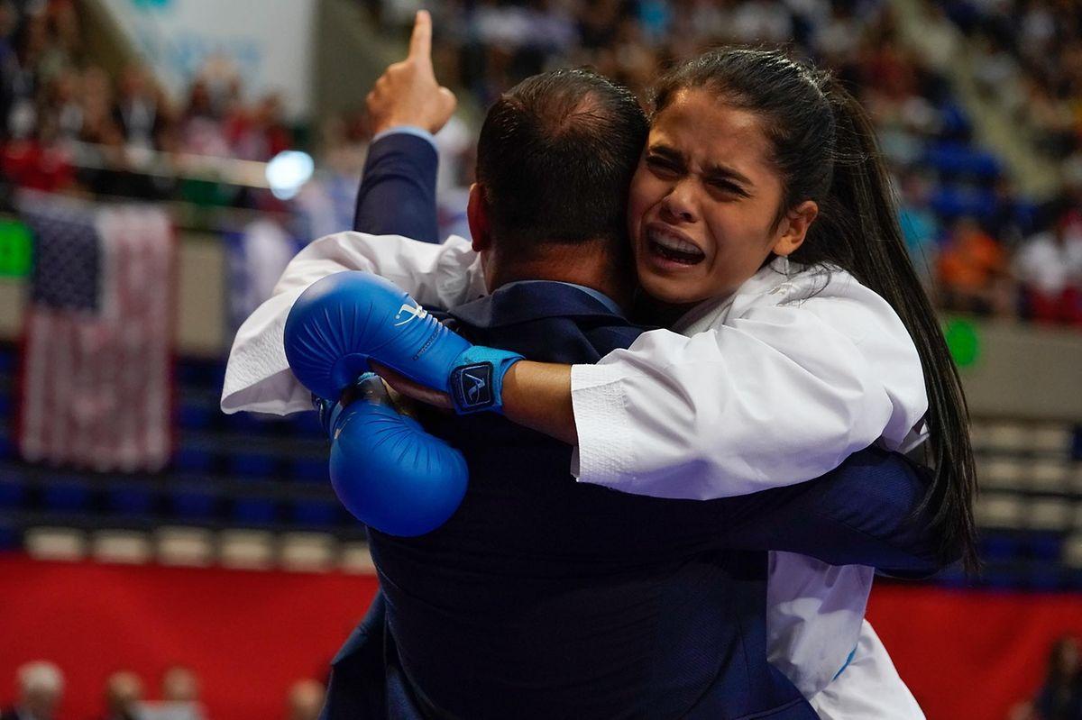 Sekunden nach der Schiedsrichterentscheidung: Kimberly Nelting mit Freudentränen in den Armen von Nationaltrainer Michael Lecaplain.