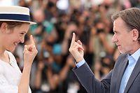 12.07.2021, Frankreich, Cannes: Der britische Schauspieler Tim Roth und die luxemburgische Schauspielerin Vicky Krieps zeigen sich gegenseitig den Mittelfinger bei einem Fototermin f�r den Film �Bergman Island� bei den 74. internationalen Filmfestspielen in Cannes. Foto: Valery Hache/AFP/dpa +++ dpa-Bildfunk +++