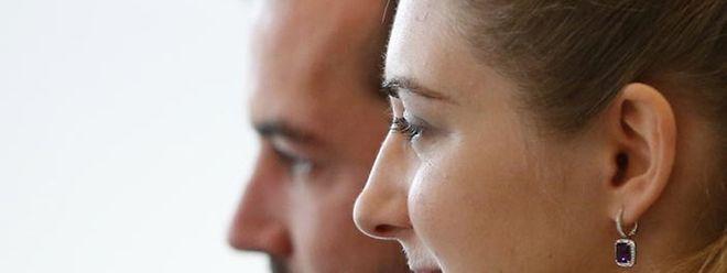 Guillaume et Stéphanie regardent dans la même direction.
