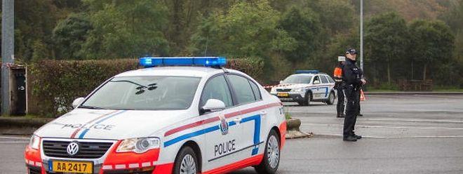 Polizisten bei der Spurenauswertung am Tag nach dem dramatischen Vorfall.