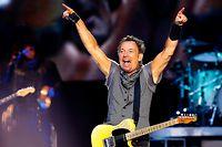 ARCHIV - 21.05.2016, Spanien, Madrid: US-Musiker Bruce Springsteen tritt im Rahmen seiner «The River Tour» im Santiago Bernabeu Stadion auf. Jetzt feiert der weltweit verehrte Musiker seinen 70. Geburtstag. (zu dpa: «Die uramerikanische Rock-Ikone: Bruce «The Boss» Springsteen wird 70») Foto: J.P.Gandul/EFE/dpa +++ dpa-Bildfunk +++
