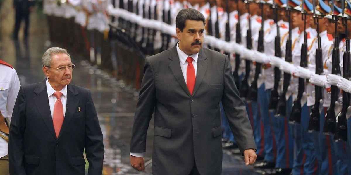 Le président cubain Raul Castro (à gauche) et son homologue vénézuélien Nicolas Maduro passent les troupes en revue sur la Place de la Liberté à La Havanne.