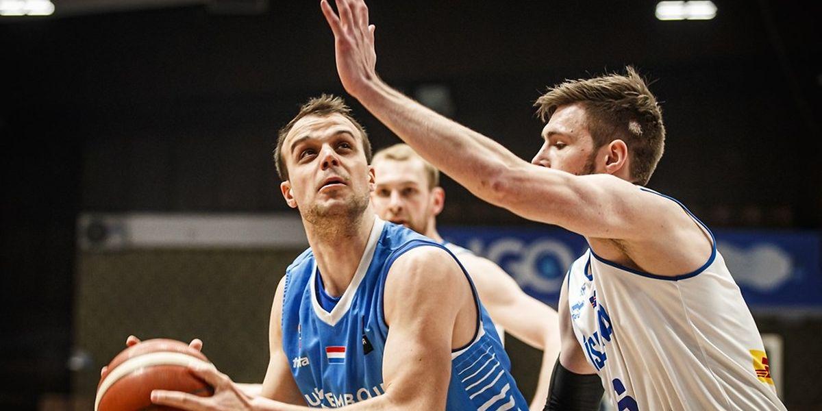 Oliver Vujakovic (l.) und die Luxemburger kämpfen gegen die Isländer um Jon Axel Gudmundsson bis zum Schluss.