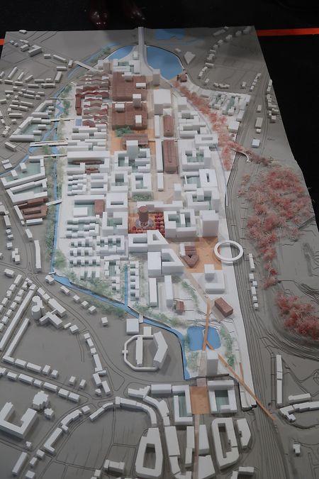 So sah das Modell aus, das von der Planungsmannschaft um das Architekturbüro COBE im Rahmen der Entwicklungswerkstatt ausgearbeitet wurde. Rosa gezeichnet sind Gebäude, die erhalten werden könnten.