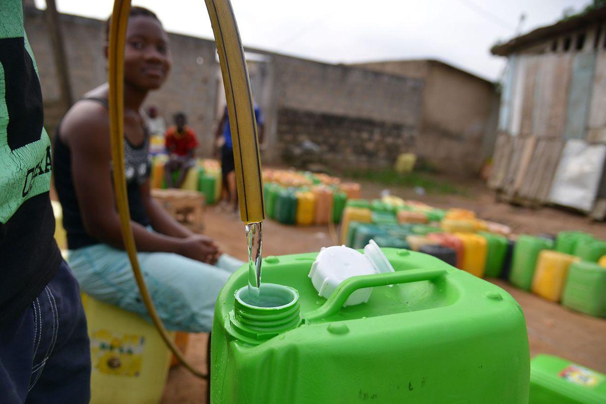 In vielen Orten der Welt, wie hier in einer Vorstadt von Abidjan, müssen die Menschen Trinkwasser mühsam in Kanistern abfüllen.