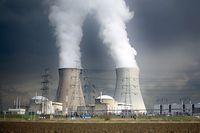 ARCHIV - 26.02.2016, Belgien, Antwerpen: Dampf steigt aus den Kühltürmen des Atomkraftwerks Doel. Das höchste EU-Gericht urteilt am Montag (29.07.2019) darüber, ob Belgien bei der Laufzeitverlängerung der Atommeiler Doel 1 und Doel 2 gegen Pflichten zur Umweltprüfung verstoßen hat. (Zu dpa «EuGH urteilt über Laufzeitverlängerung belgischer Atommeiler») Foto: Oliver Berg/dpa +++ dpa-Bildfunk +++