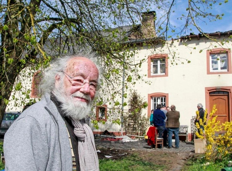 L'écrivain Lambert Schlechter devant sa maison incendiée à Eschweiler.