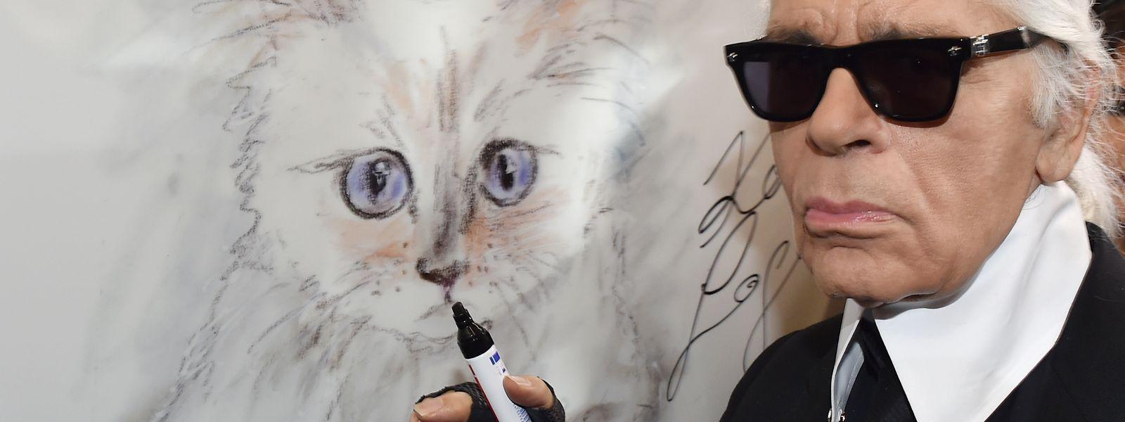 Karl Lagerfeld steht bei einer Vernissage für seinen Fotokalender im Palazzo Italia an einer Zeichnung seiner Birma-Katze.