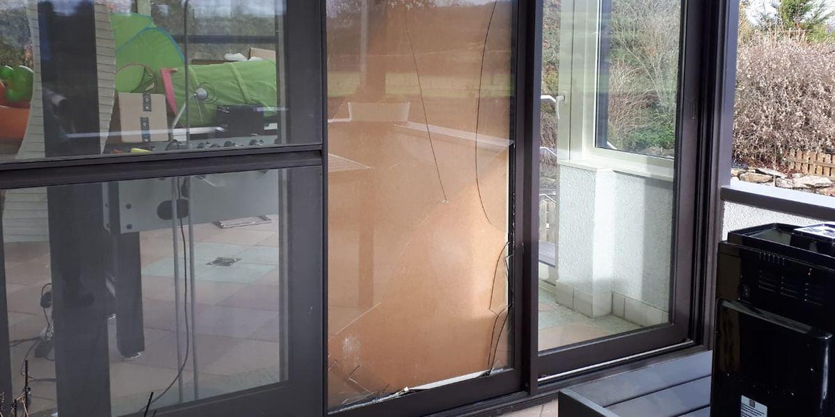Der Einbrecher hatte auf der Rückseite ein Fenster der Veranda eingeschlagen. Die Bewohner haben die Öffnung kurzfristig mit einer Holzplatte verschlossen.