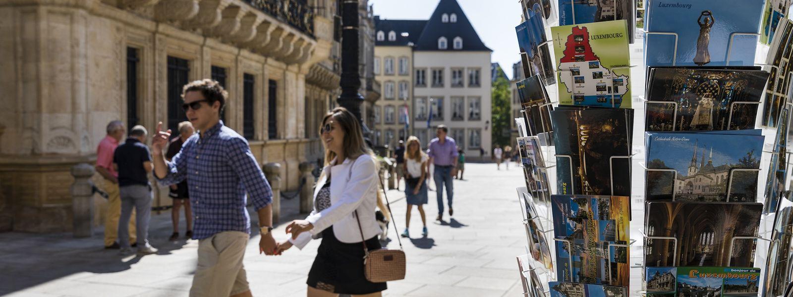 Postkarten werden im Zeitalter von Whatsapp und Co. zwar weniger, aber immer noch gerne genutzt, um Urlaubsgrüße zu versenden. Darauf abgebildet sind meist Klassiker wie die Gëlle Fra.