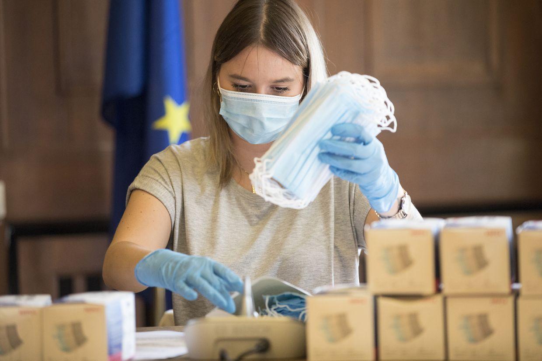 Auch der große Sitzungssaal der Gemeinde Esch/Alzette wurde für das Verpacken der Masken und Flyer in Beschlag genommen.