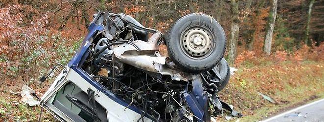 In diesem Lieferwagen einer Sicherheitsfirma überlebten zwei Menschen die Kollision nicht.