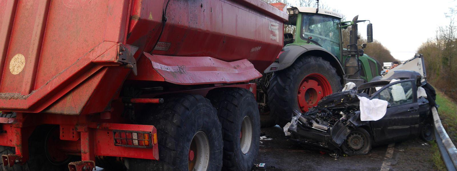 Der Traktor stieß am Donnerstagnachmittag mit einem kleinen PKW frontal zusammen.