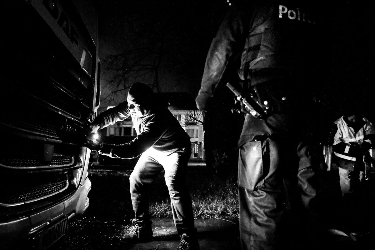 Os migrantes tentaram entrar no camião de Julian Cutila, mas ele seguia viagem para a Finlândia.