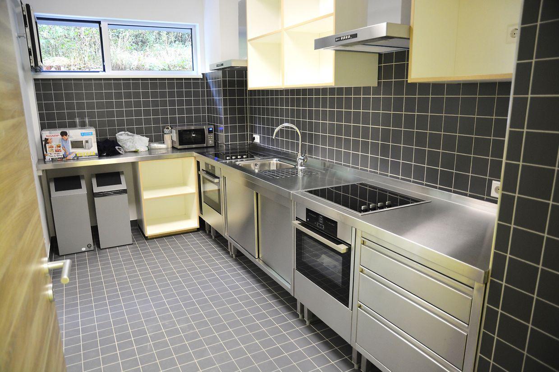 Une petite cuisine commune par étage