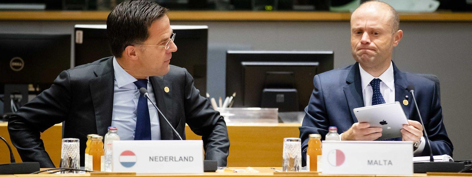 """""""Ich werde ein Auge auf Malta haben"""": Der niederländische Ministerpräsident Mark Rutte (l.) redete Joseph Muscat, Premierminister von Malta, beim EU-Gipfel ins Gewissen."""