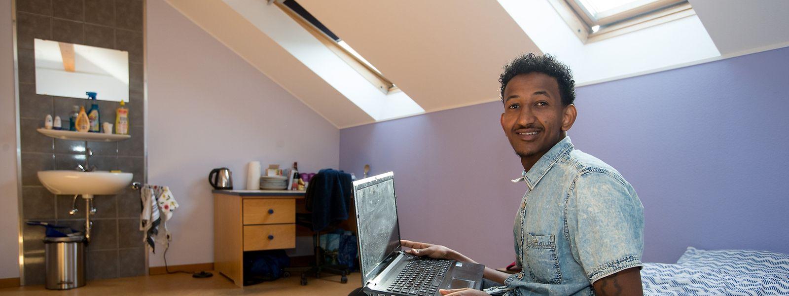 """Bei der Einweihung der neuen Struktur im Gebäude des """"Club Senior"""" zeigt Samuel, aus Eritrea, seinen Gästen stolz sein Zimmer."""