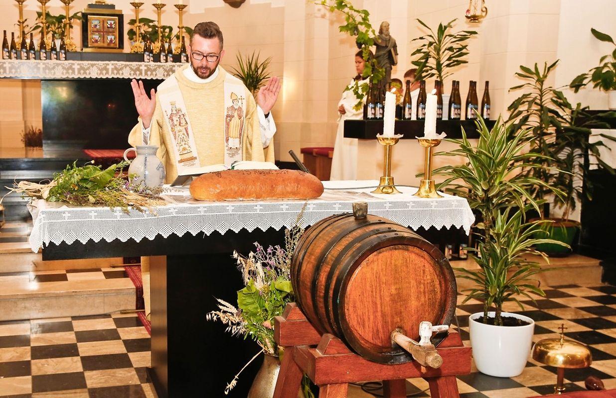 Während der von Pfarrer Daniel Graul zelebrierten Messfeier wurden nach alter Tradition Brot, Wein und die vor dem Altar niedergelegten Kräutersträuße gesegnet.
