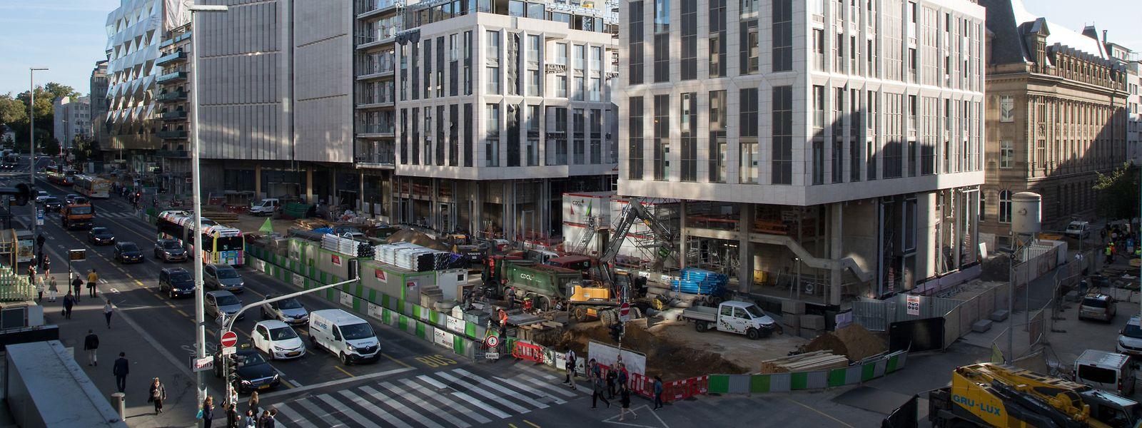 Da Teile der Aldringer-Unterführung am Boulevard Royal beim Bau der Royal-Hamilius-Gebäude nicht rechtzeitig vor Juni abgerissen worden waren, ist die Luxtram-Baustelle im Sommer ins Stocken geraten. Mit dem Abriss wurde schließlich am 3. September begonnen.