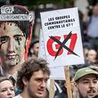 07.06.2018, Kanada, Quebec: Demonstranten ziehen bei einem G7-Protest durch Quebec. Der G7 Gipfel findet in Charlevoix unweit der Ortschaft La Malbaie in der Provinz Quebec statt. Foto: Michael Kappeler/dpa +++ dpa-Bildfunk +++