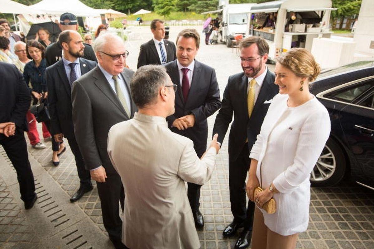 Le directeur du musée, Enrico Lunghi, accueille le Grand-Duc héritier Guillaume et son épouse Stéphanie, présidente du Conseil d'administration de la Fondation du Mudam, lors des célébrations des 10 ans de l'institution en présence du Premier ministre et ministre de la Culture Xavier Bettel.