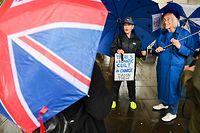 01.10.2019, Großbritannien, London: Zwei Frauen demonstrieren vor dem britischen Parlament. Auf dem Schild steht «Ein verrückter Kult ist an der Macht, verdammt sie». Foto: Mateusz Slodkowski/ZUMA Wire/dpa +++ dpa-Bildfunk +++