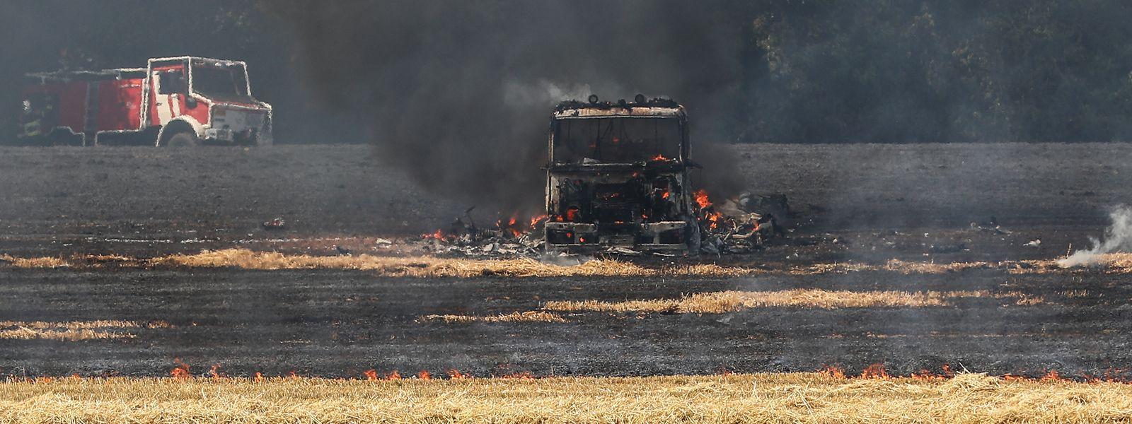 Dass auch ein Flächenbrand sehr schnell lebensgefährlich werden kann, zeigte sich am Donnerstag als ein Löschfahrzeug in Flammen aufging. Die Besatzung konnte sich aber rechtzeitig in Sicherheit bringen.