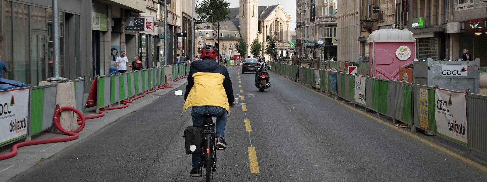 Genaue Zahlen zu Radfahrern, die jeden Tag im Bahnhofsviertel unterwegs sind, liegen nicht vor. Doch ein automatisierter Zähler des Mobilitätsministeriums am Pont Adolphe zeigt, dass dort im Mai pro Tag bis zu 800 Radfahrer die Passerelle benutzt haben.