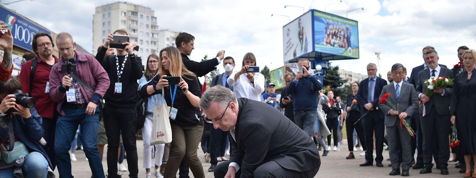 Der Leiter der EU-Delegation in Weißrussland Dirk Schuebel legte am Donnerstag Blumen an der Stelle nieder, an der am 13. August 2020 in Minsk ein Demonstrant starb.