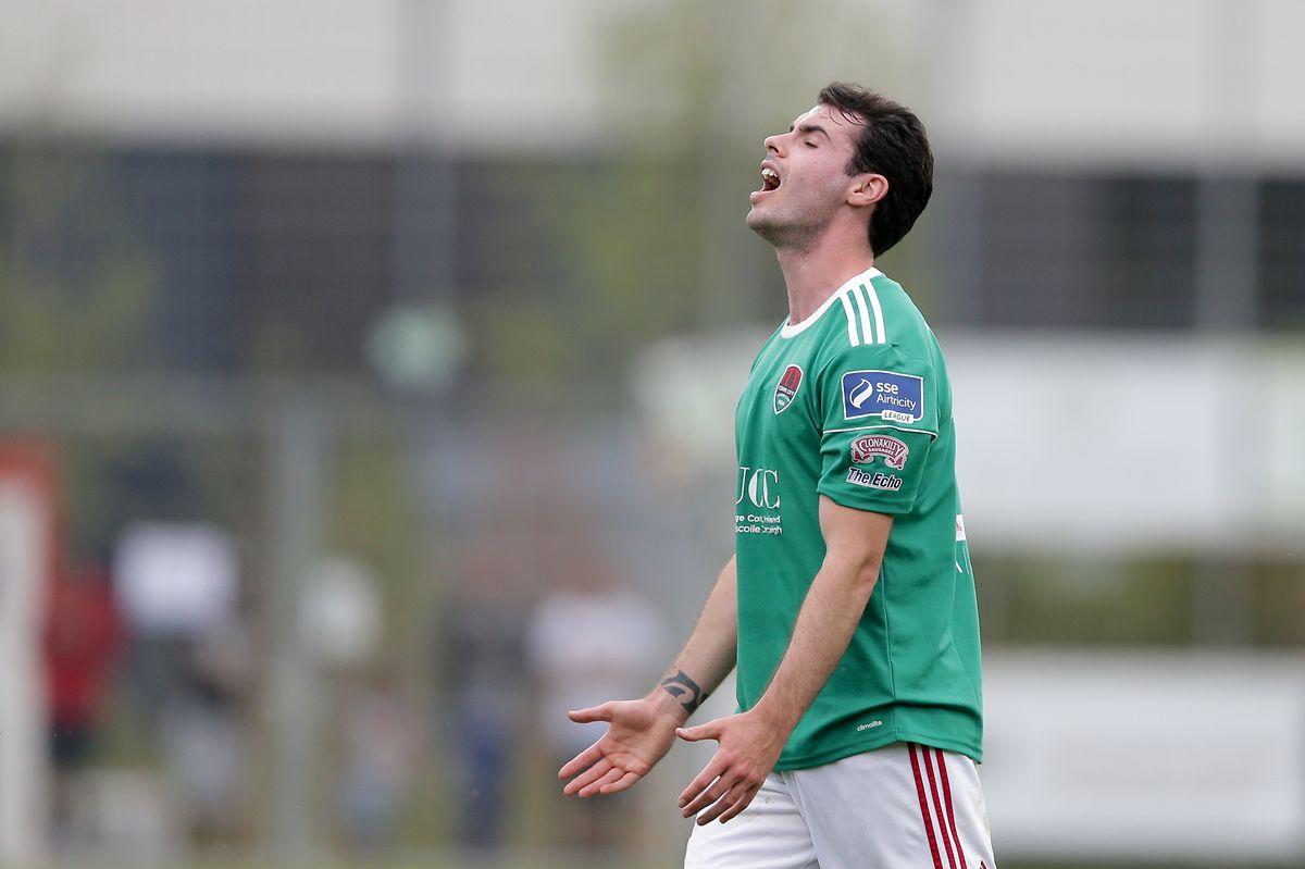 Joel Coustrain ärgert sich. Das Weiterkommen ist für Cork City zum Greifen nah.