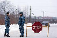 ARCHIV - 20.12.2013, Russland, Segescha: Offiziere der Spezialpolizei OMON stehen an einer Straßensperre in der Nähe der Strafkolonie Nr. 7 in der Region Karelien. (zu dpa «Hölle auf Erden - Straflager wartet auf Kremlgegner Nawalny») Foto: Kvitkevich Sergey/ITAR-TASS/dpa +++ dpa-Bildfunk +++