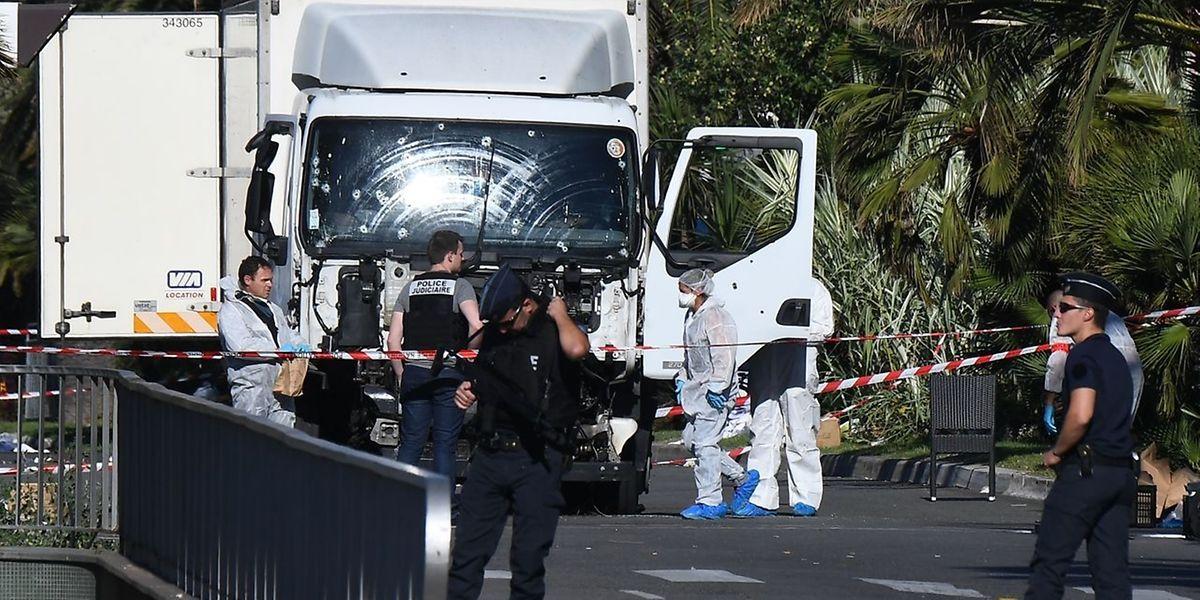 Kriminalbeamte untersuchen den Lastwagen des Anschlags von Nice im Juli 2016.