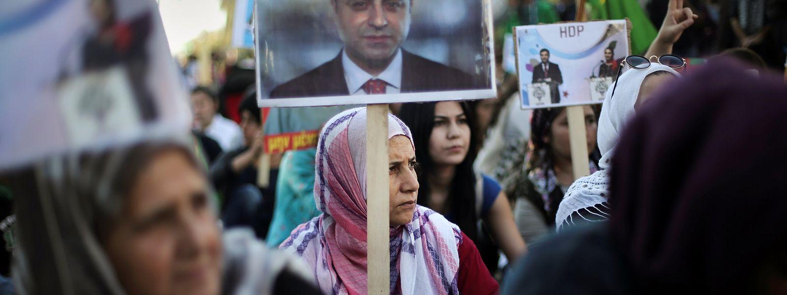 Eine Demonstrantin hält bei einer Kundgebung in Griechenland ein Bild des inhaftierten HDP-Chefs Selahattin Demirtas hoch.
