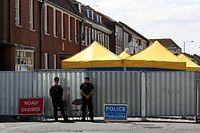 Großbritannien, Salisbury: Polizisten vor dem Haus, in dem das Paar wohnte.