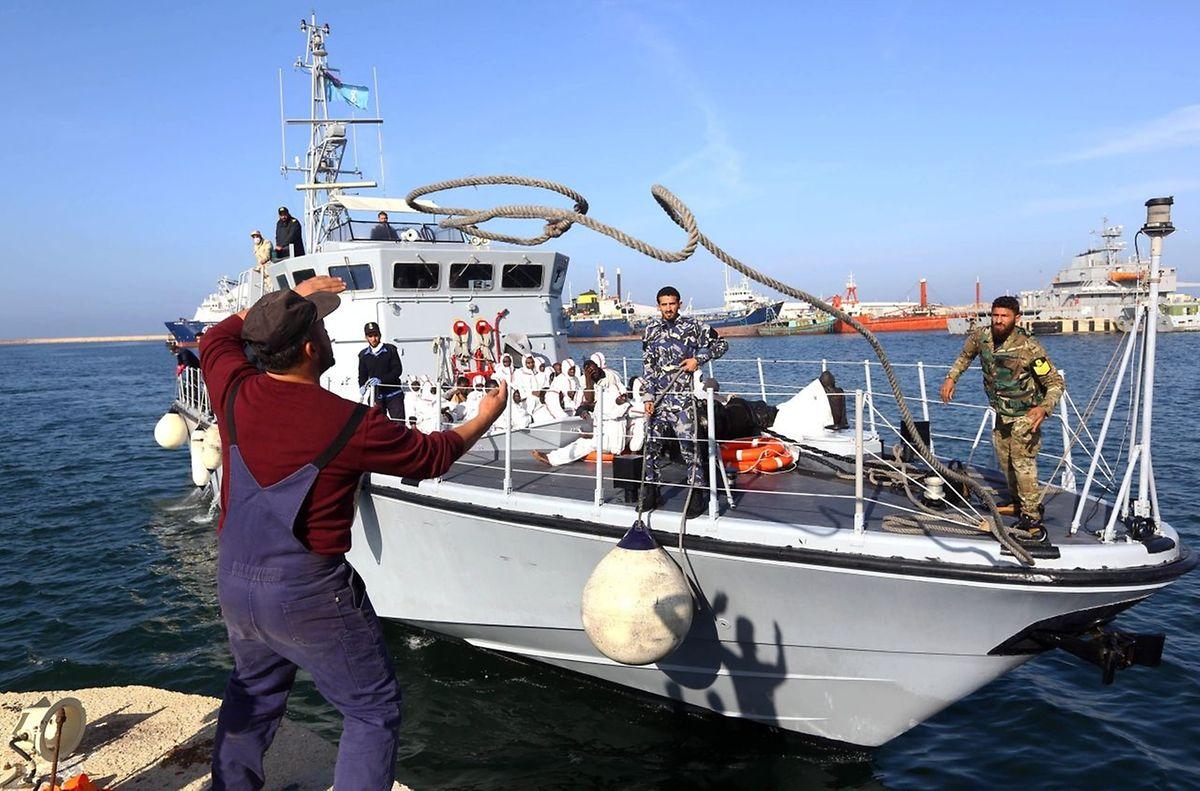 Ein Schiff mit Migranten an Bord kommt in Tripoli an.