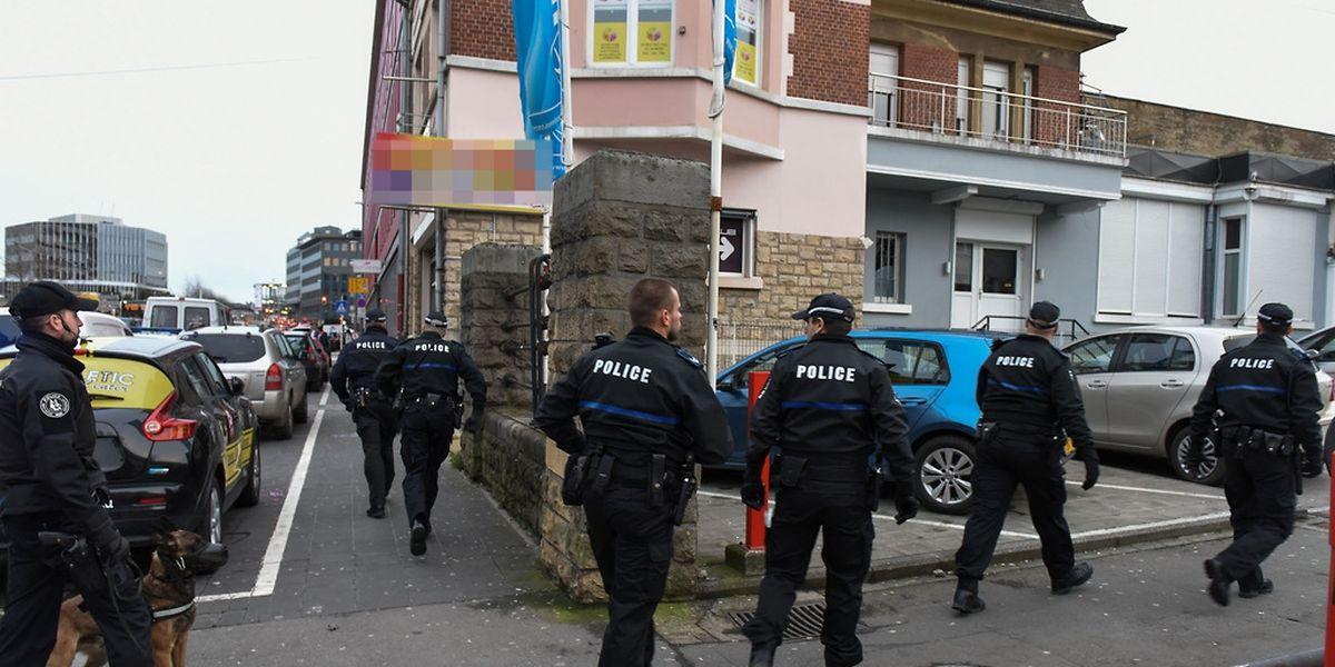Pas moins de 50 policiers et agents des douanes ont participé à un vaste coup de filet dans le quartier de la gare centrale.