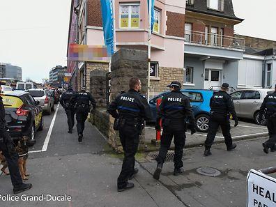 Pas moins de 50 policiers et agents des douanes ont participé au vaste coup de filet dans le quartier de la gare centrale.
