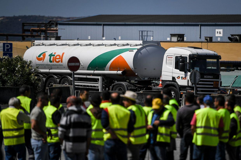 Depuis lundi, les grévistes bloquent les accès aux stations-services du Portugal...