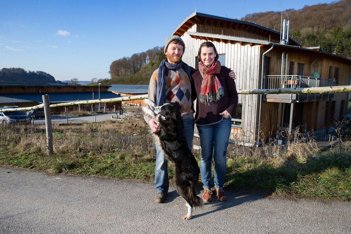 Die Betreiber Tom Kass und Anja Staudenmayer mit Border Collie Lucky.