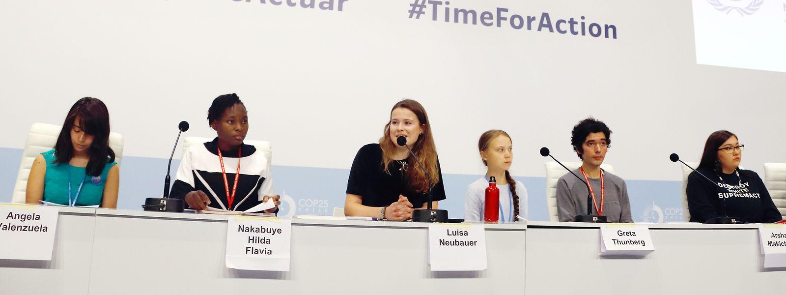Greta Thunberg (3.v.r.) teilte sich das Podium mit mehreren Mitstreitern.
