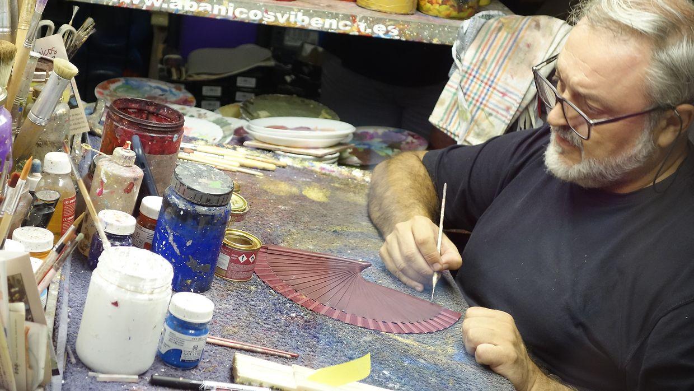 In Valencia konnte man den Handwerkern beim Bemalen der traditionellen Fächer zuschauen.