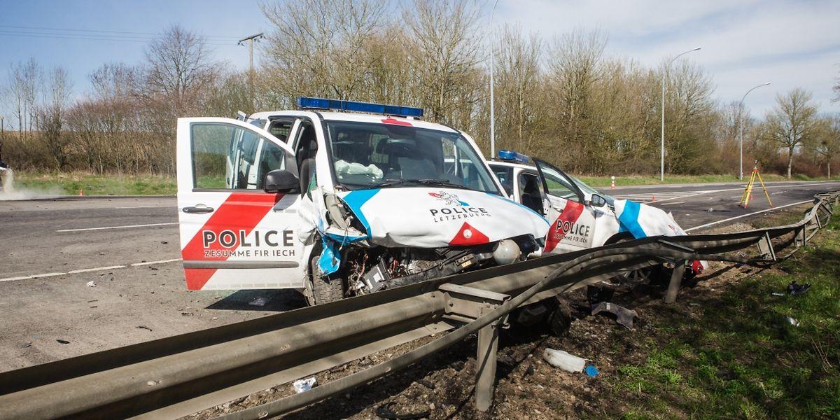 Bei dem Unfall kam ein Polizist ums Leben, eine Beamtin schwebt weiterhin in Lebensgefahr.