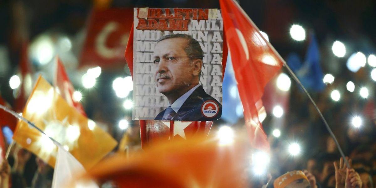 Anhänger der AKP schwenken eine Flagge von Parteiführer Erdogan.
