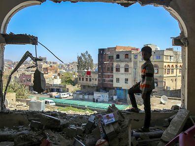 Un enfant constate les dommages causés par une attaque au mortier sur la ville de Taez, au Yémen, le 3 février