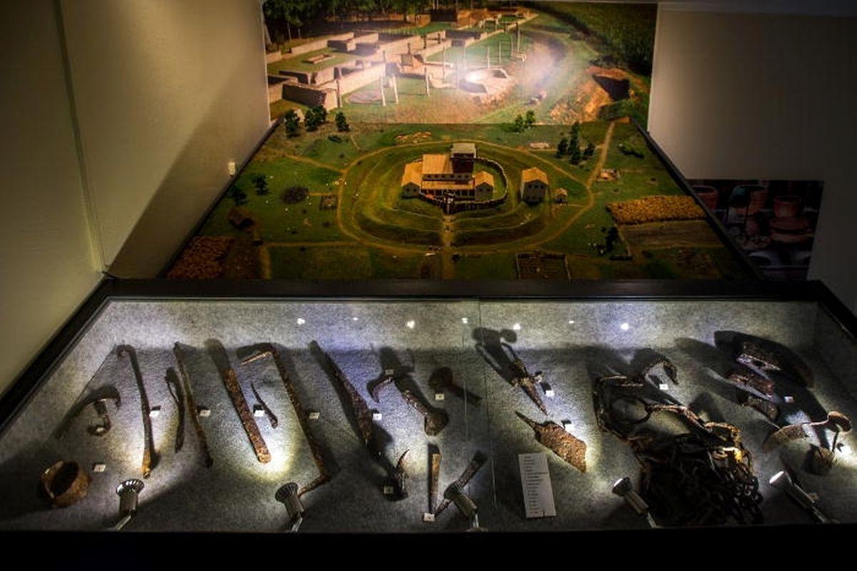 Modell der Römervilla und Gegenstände, die bei Grabungen gefunden wurden.