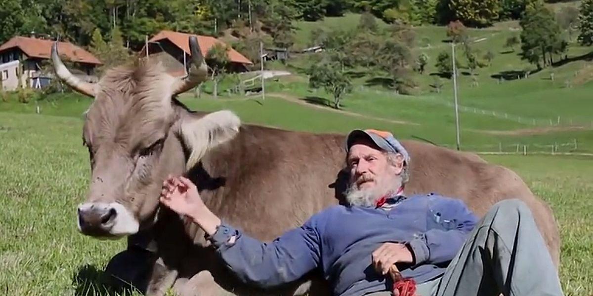 Bergbauer Armin Capaul liebt Kühe und sorgt sich um ihr Wohlbefinden.