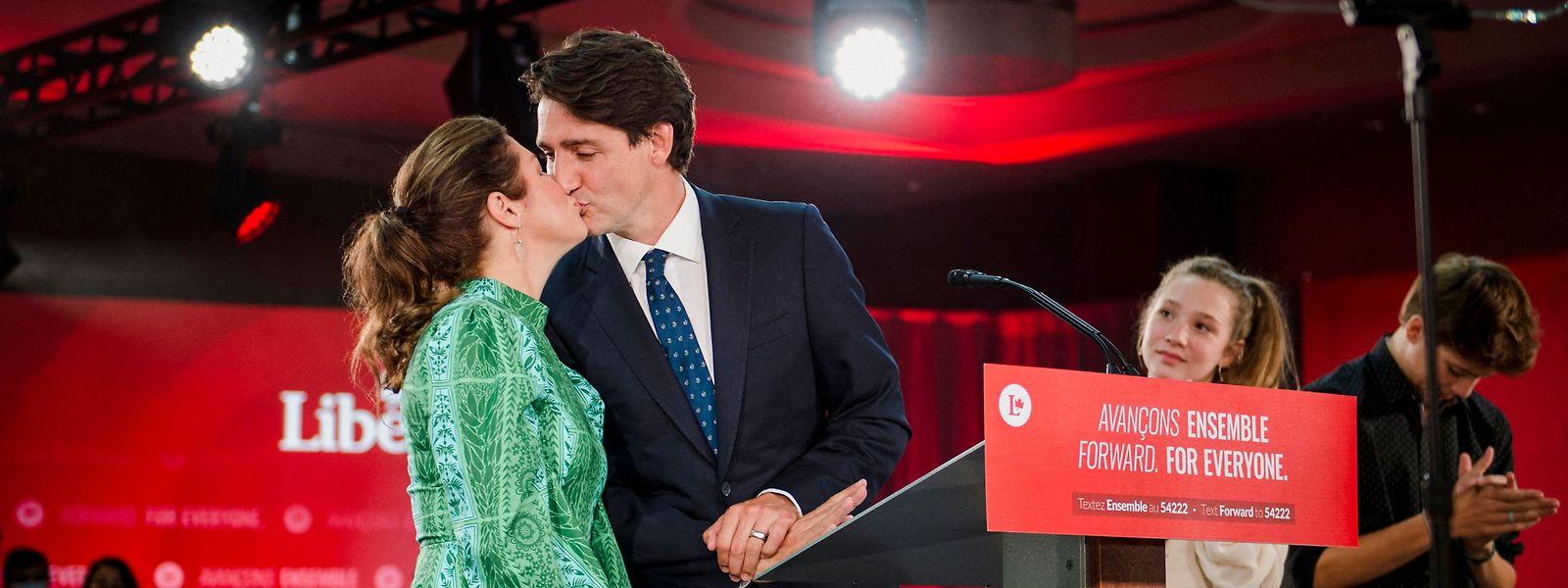 O primeiro-ministro canadiano Justin Trudeau beija a mulher ao lado dos filhos Ella-Grace e Xavier, antes do discurso de vitória após as eleições gerais no país, em Montreal.
