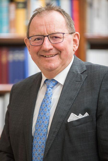 Chamberpräsident Fernand Etgen weist darauf hin, dass das Parlament weiterhin aktiv ist.