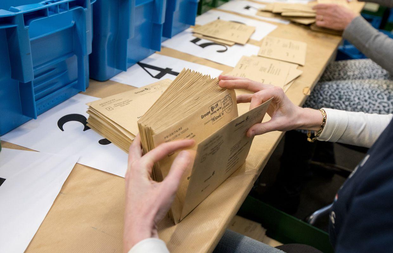 Nach der Schließung der Wahllokale werden die Stimmzettel der Briefwahl im Arbeitsministerium ausgezählt.